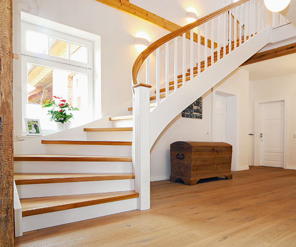 streger massivholztreppen die kombination aus naturholz und wei liegt im trend finden sie. Black Bedroom Furniture Sets. Home Design Ideas