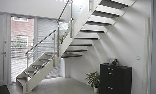krieger treppen gmbh plz 56841 traben trarbach betontreppe mit holzstufen und glasgel nder. Black Bedroom Furniture Sets. Home Design Ideas