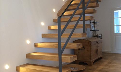 Die Kragarmtreppe Aus Eichenholz Wirkt Zugleich Modern Und Offen. Diese  Treppe Bringt Durch Ihre Offenheit Eine Leichte Transparenz In Den  Wohnbereich.